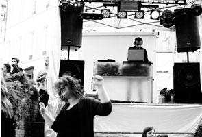 fan danse devant le DJ